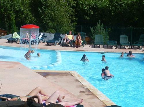 Camping auvergne puy de d me murol lac chambon - Camping auvergne piscine ...